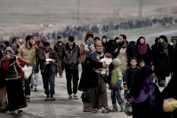 Des civils fuient Mossoul. Les autorités irakiennes, appuyées par la coalition internationale sous commandement américain, mènent depuis le 19 février une vaste opération pour reprendre Mossoul-Ouest.