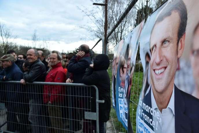 Devant le meeting d'Emmanuel Macron à Caen, le 4 mars.