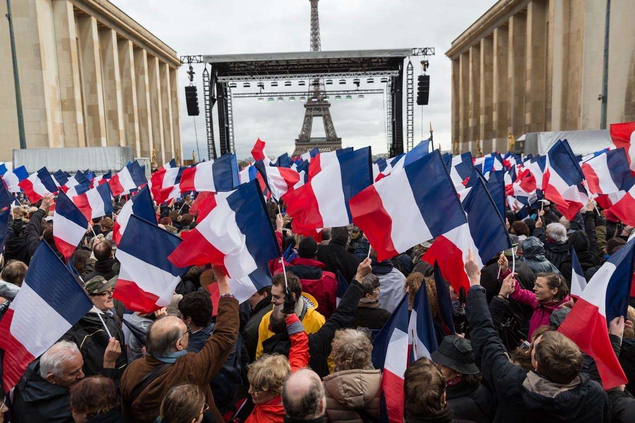 Fragilisé par les affaires et les défections dans son camp, François Fillon a appelé ses soutiens à se mobiliser dimanche, place du Trocadéro à Paris.