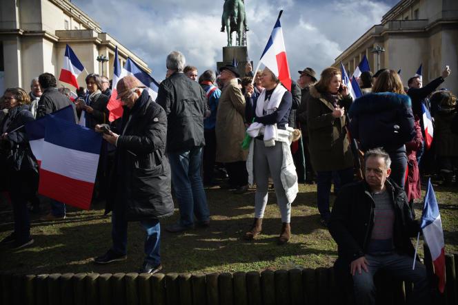 Des sympathisants de François Fillon participent, le 5mars2017, place du Trocadéro à Paris, au rassemblement de soutien au candidat Les Républicains à l'élection présidentielle.