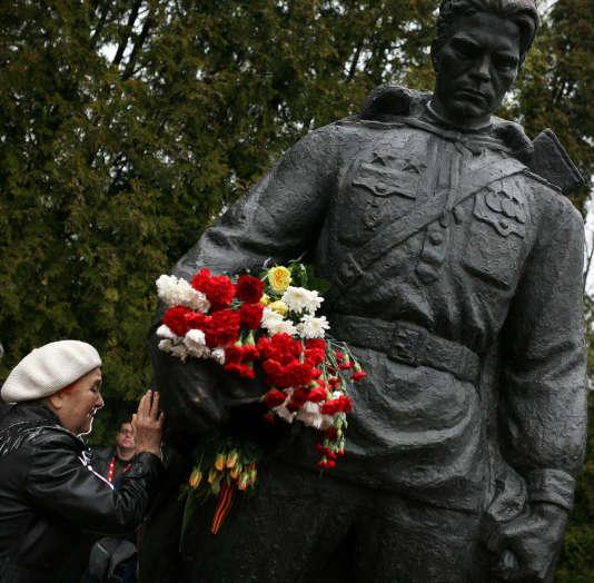 Une statue du« soldat de bronze», symbole de la présence russe en Estonie, le 9 mai 2007 au cimetière militaire de Tallinn.