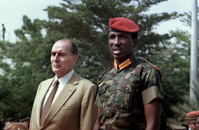 Le président français Francois Mitterrand (à gauche) et le capitaine burkinabé Thomas Sankara à Ouagadougou, le 17 novembre 1986.