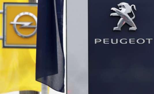 Les logos de Peugeot et Opel, à Villepinte (Seine-Saint-Denis), le 20 février.