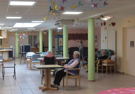 Malades atteints de la maladie d'Alzheimer dans le réfectoire d'une maison de retraite à Saint Quirin, dans l'est de la France, le 18 octobre 2016.