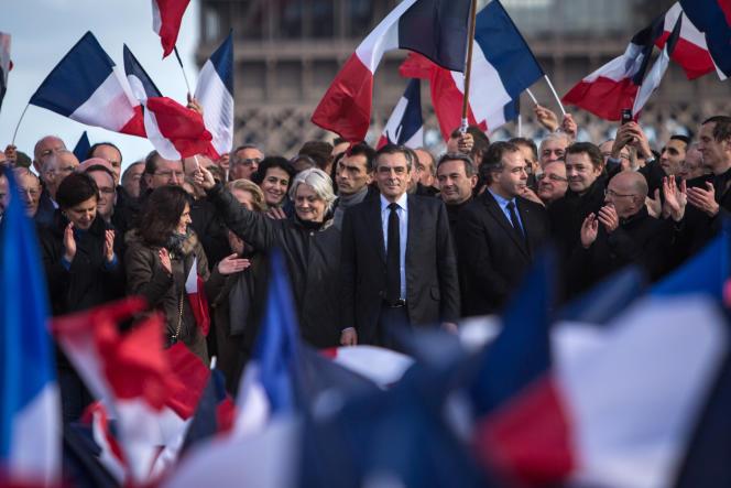 François Fillon au côté de sa femme, Penelope, lors du rassemblement sur la place du Trocadéro, à Paris, le 5 mars 2017.