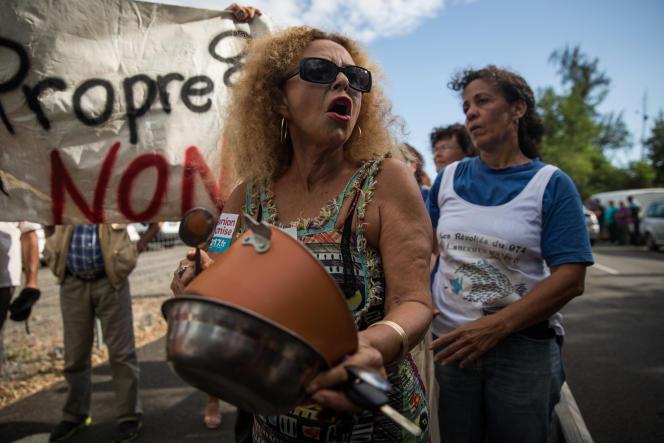 A La Réunion, défilé contre la venue de François Fillon, le 11 février