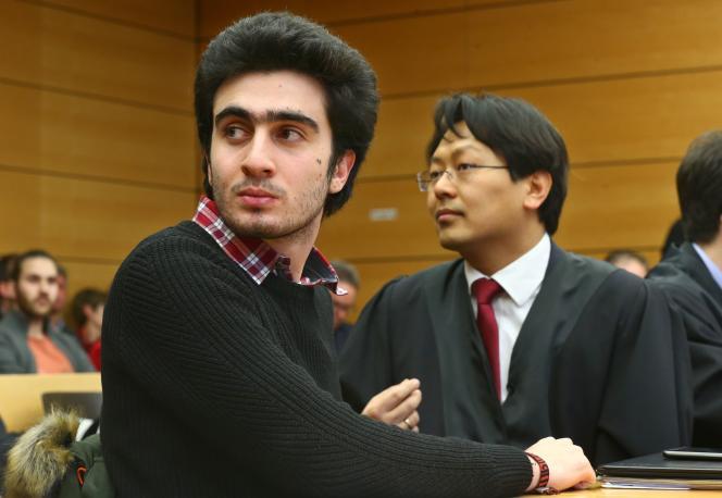 Anas Modamani (à gauche) aux côtés de son avocat, sur les bancs de la cour de Würzburg.