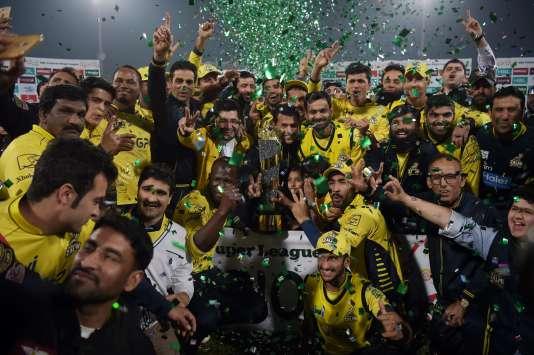 Les joueurs de Peshawar Zalmi célèbrent leur victoire sur les Quetta Gladiators après la finale du match de cricket de la Pakistan Super League (PSL) au Gaddafi Cricket Stadium à Lahore, le 5 mars 2017.