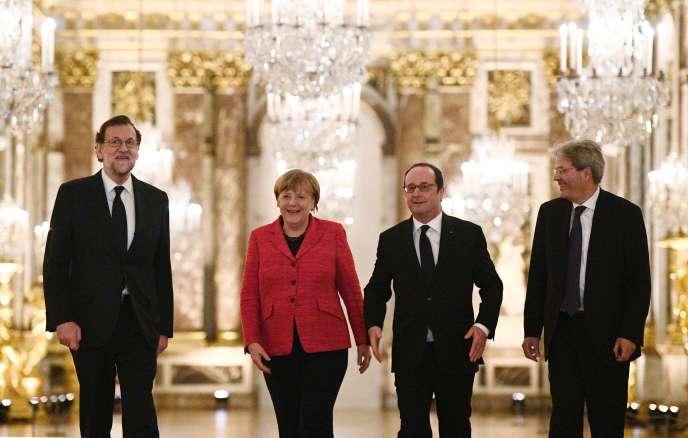 Le chef du gouvernement espagnol, Mariano Rajoy, la chancelière allemande, Angela Merkel, le président français, Francois Hollande, et le président du conseil italien, Paolo Gentiloni (de gauche à droite),dans la galerie des glaces à Versailles, le 6 mars.