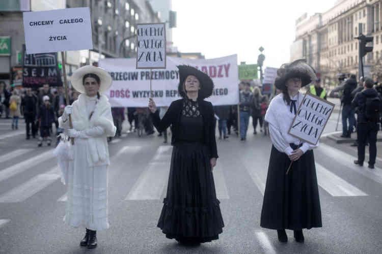 Les féministes défilent sous des bannières avec l'inscription : « Nous voulons une vie complète. »