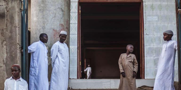 Des musulmans de Beni, à l'est de la République démocratique du Congo, devant une école coranique.