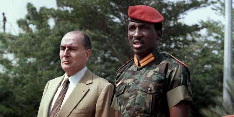 Le président du Burkina Faso, Thomas Sankara, et son homologue français, Francois Mitterrand, à l'aéroport de Ouagadougou, le 17 novembre 1986.
