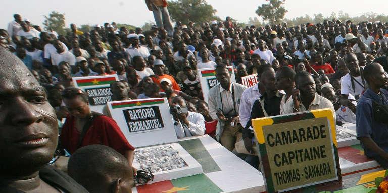 Des Burkinabés se retrouvent autour de la tombe de Thomas Sankara, le 15 octobre 2007, à Ouagadougou.