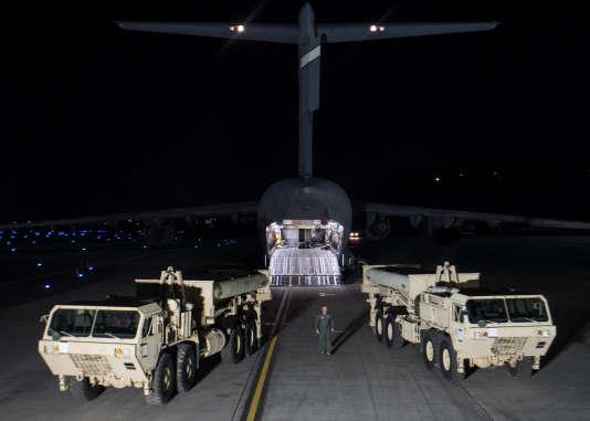 Débarquement des batteries de missiles intercepteurs Thaad sur la base militaire d'Osan à Pyeongtaek (Corée du Sud) le 6 mars.