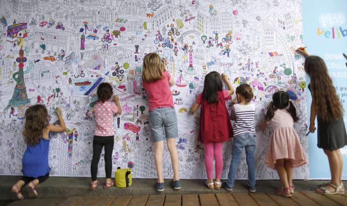 Des jeunes filles colorient une carte de«Paris Plages» à Paris, le 20 juillet 2015.