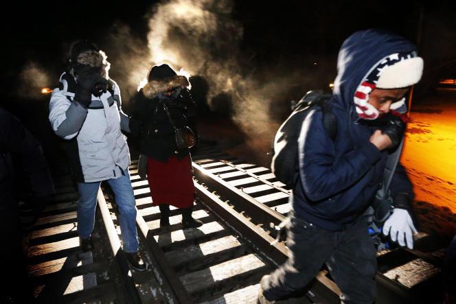 Des migrants originaires de Somalie traversent la frontière américaine pour rejoindre la ville canadienne d'Emerson (Manitoba), le 26 février.