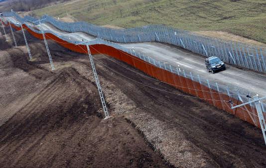 La Hongrie a entrepris d'ajouter un deuxième rideau barbelé à la clôture antimigrants qu'elle a érigée en 2015 à sa frontière avec la Serbie.
