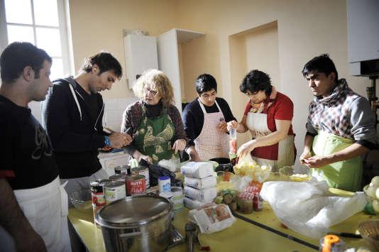A l'initiative du Collectif de Serquigny, commune de l'Eure qui a accueilli près de trente réfugiés en novembre 2016, dejeunes Afghans préparent des plats traditionnels avec les habitants. Dans la salle des fêtes de Fontaine-l'Abbé, une ville voisine, le 25 février.