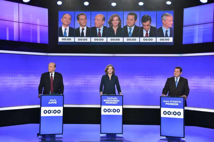 Alain Juppé,Nathalie Kosciusko-Morizet et Jean-Frédéric Poisson prennent place pour le troisième débat de la primaire de la droite, le 17 novembre 2016. La candidate sera interrompue à vingt-neuf reprises par ses adversaires et par les présentateurs de l'émission.