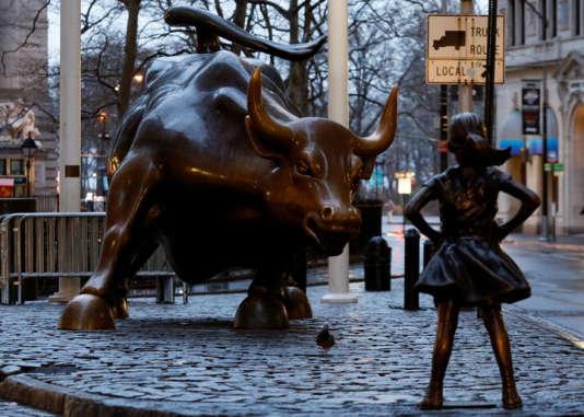 La statue d'une jeune fille a été installée, le 7 mars, devant le taureau de Wall Street.