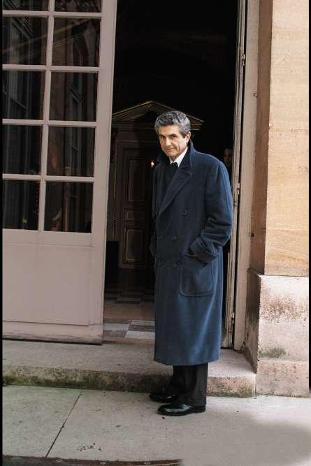 Le temps a passé, et vite. À 58ans, Claude s'est fait une place de choix dans le paysage culturel français. Jusqu'à être reçu à Matignon par Édouard Balladur. De quoi parleront les deux hommes ? Officiellement, de cinéma. Officieusement, mais comment imaginer que le premier ministre, grand élégant de la politique française, n'évoquera pas avec Claude Lelouch la qualité de son manteau polo, inspiré par les croisés que les joueurs de polo portaient, entre les parties, le long des terrains, dans les années 1920 ? En réalité, c'est inimaginable.