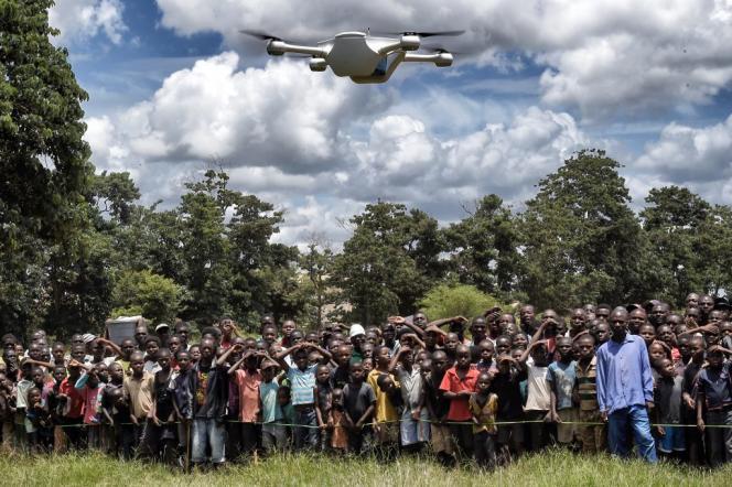 En mars 2016 au Malawi, des enfants assistent à une démonstration de drones.