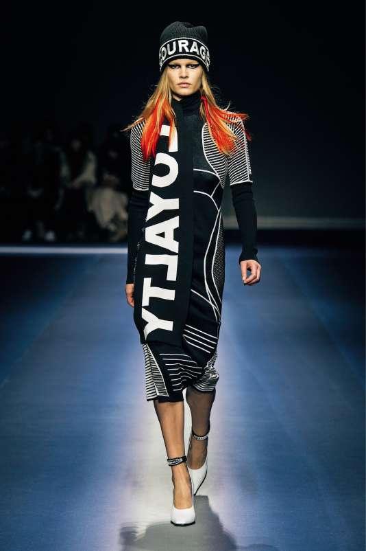 Donatella Versace a lancé « un appel à l'unité » et parsemé ses créations de mots d'espoir comme « Courage » ou « Loyalty ».
