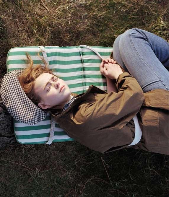 Trench-coat en coton, Margaret Howell. Combinaison en denim, Ba & sh. Sous-pull en coton, Marc O'Polo. Casquette en laine, Holland & Holland.