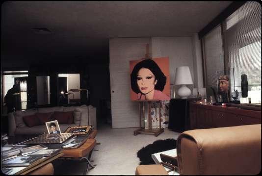 Les révolutionnaires ont néanmoins détruit nombre d'œuvres, dont le portrait de l'impératrice peint par Andy Warhol en 1976 (ici en 1979 dans la résidence des époux Pahlavi).