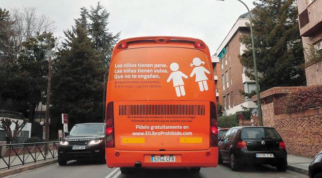 « Les garçons ont un pénis, les filles ont une vulve. Qu'on ne te trompe pas», peut-on lire sur ce bus. C'est la version raccourcie d'un slogan incitant à la haine de l'association Hazte Oír.