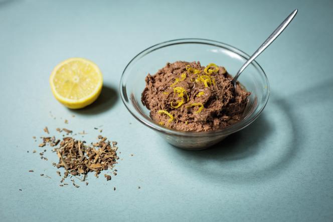 Une mousse au chocolat rehaussée de bergamote et d'écorces de quinquina.