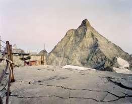 Après un développement effréné des équipements et des résidences de vacances dans les années 1970, la crise économique et le réchauffement climatique ont eu raison des stations les plus fragiles. Il en reste d'étranges paysages suspendus, que le photographe Giuseppe Moccia a répertoriés, du Piémont au Frioul. Ici, vue sur le Matterhorn, à la frontière entre la vallée d'Aoste italienne et le Valais suisse, à partir du mont Furggen. On y voit les restes d'un téléphérique, construit par l'architecte Carlo Mollino en 1952, abandonné depuis 1993.