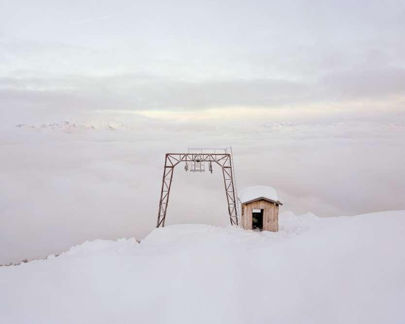 À Peio, dans la région du Trentin-Haut-Adige, dans le nord-est de l'Italie, des pylônes et une cabane demeurent sur le lieu de l'arrivée de l'ancien téléski de Saroden. D'après le photographe, près de 4 000 pylônes seraient ainsi inutilisés dans les Alpes italiennes.