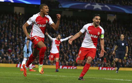 Kylian Mbappé célèbre son premier but en Ligue des champions lors du huitième de finale aller contre Manchester City (3-5), le 21 février.
