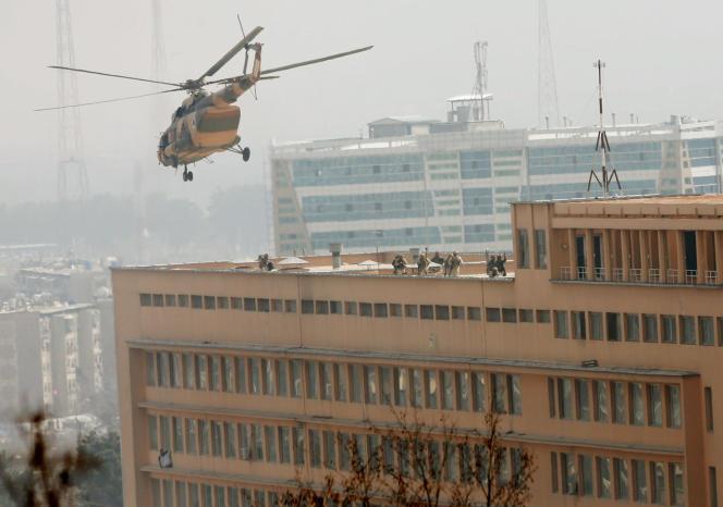 L'attaque contre le plus grand hôpital militaire d'Afghanistan à Kaboul, survolé par un hélicoptère de l'armée afghane, s'est terminée après six heures d'échanges de tirs.