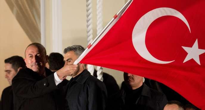 Le chef de la diplomatie turque a été empêché de se rendre à Rotterdam, où il comptait participer à un meeting en faveur du référendum pro-Erdogan.