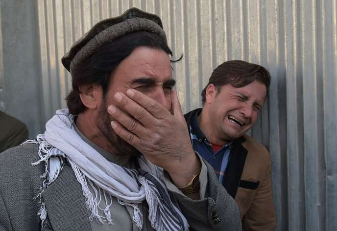 Des hommes devant l'entrée de l'hôpital militaire de Kaboul, le 8 mars.