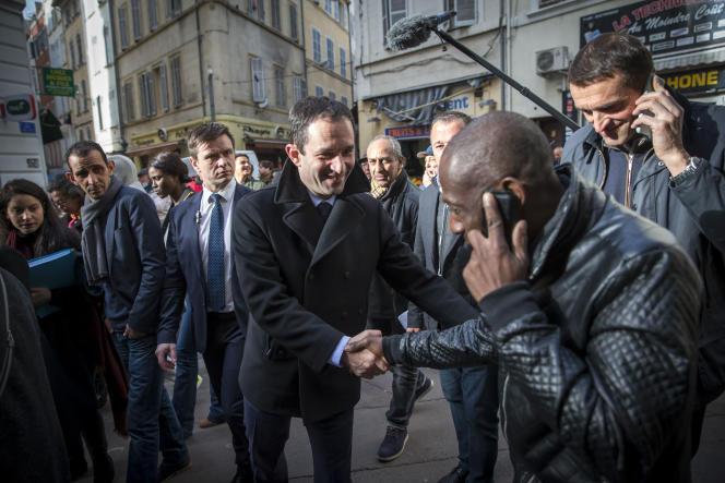 Benoît Hamon en campagne dans le quartier de Noailles à Marseille le 7 mars.