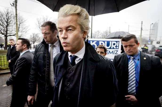 Le dirigeant du Parti pour la liberté (PVV, extrême droite), Geert Wilders (au centre), arrive à une manifestation devant l'ambassade de Turquieà La Haye, le 8 mars 2017.