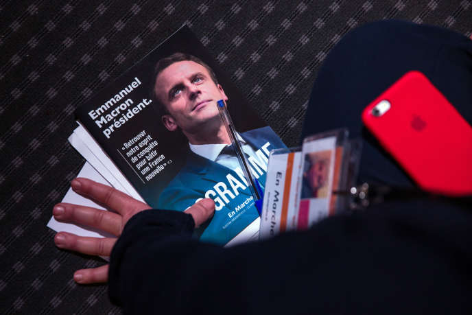Le 2 mars, lors de la présentation par Emmanuel Macron de son programme, au pavillon Gabriel dans le 8e arrondissement de Paris.