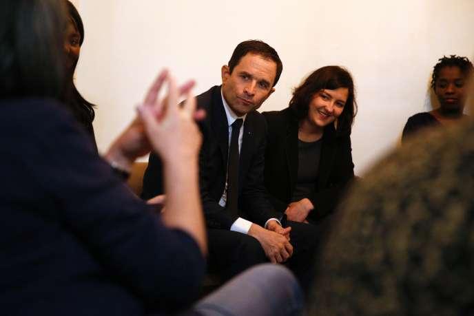 Le candidat socialiste Benoît Hamon dans une foyer de femmes le 8 mars.