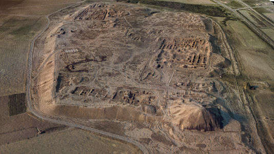 Vue aérienne de la cité assyrienne de Nimroud avant la destruction de la zigurat par l'Etat islamique (EI)