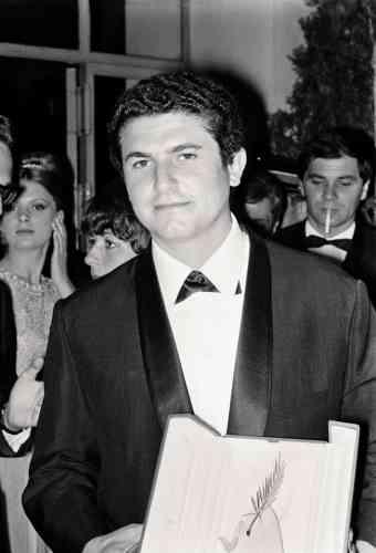 Qui l'eût cru ? Claude Lelouch est arrivé à Cannes sur la pointe des pieds, plombé par le bide de ses derniers films et sélectionné in extremis pour «Un homme et une femme», auquel personne ne croit. Pourtant, le voilà bel et bien Palme d'or. Autant dire que c'est l'Amérique. Et Claude Lelouch le sait. Au Palais des festivals, il porte une cross over tie, accessoire de cou que seuls les Américains (et uniquement ceux du Grand Ouest…) ont osé, il y a bien des décennies, s'approprier. Pourtant, elle possède un avantage certain sur la concurrence : elle ne se noue pas, elle se boutonne.