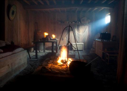 Eclairage à la bougie et au feu de bois dans le repaire normand d'Asgeïr, à Doudeauville.