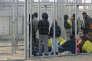 Des Pakistanais attendent de pouvoir faire leur demande d'asile dans la « zone de transit » de Röszke, en Hongrie, en mars 2016.