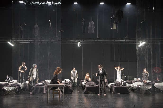 La troupe d'Eric Lacascade dans «Les Bas-fonds» de Maxime Gorki, au Théâtre national de Bretagne.
