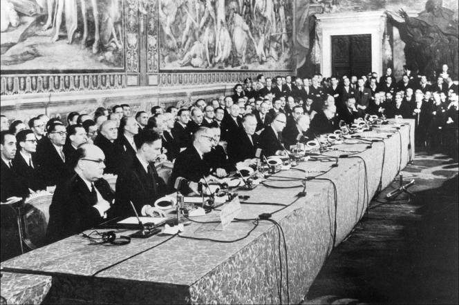 Le 25 mars 1957, au Capitole, à Rome, les ministres des «six»signent les traités instituant la Communauté Economique Européenne (CEE) et la Communauté Européenne de l'Energie atomique (EURATOM).