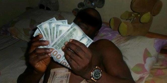 De l'argent facile gagné par un «scammer» (arnaqueur) africain, qu'il montre sur sa page Facebook.