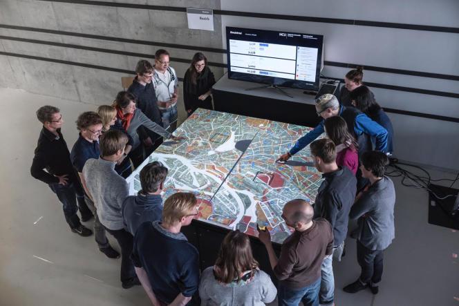 Autour d'une carte, des habitants de Hambourg discutent des capacités d'accueil de migrants dans leur ville.
