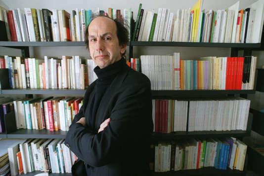 L'économiste, écrivain et directeur de recherche au CNRS, André Orléan, dans son bureau de l'Ecole normale supérieure (ENS), à Paris, en avril 2002.